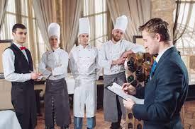 Le Briefing Du Directeur Avec Les Serveurs Directeur De Restaurant Et Son  Personnel Image stock - Image du restaurant, transmission: 154916761