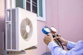 Mécanicien De Réparation D'air à L'aide D'un équipement De Mesure De La  Pression Pour Remplir Le Climatiseur Domestique. | Photo Premium